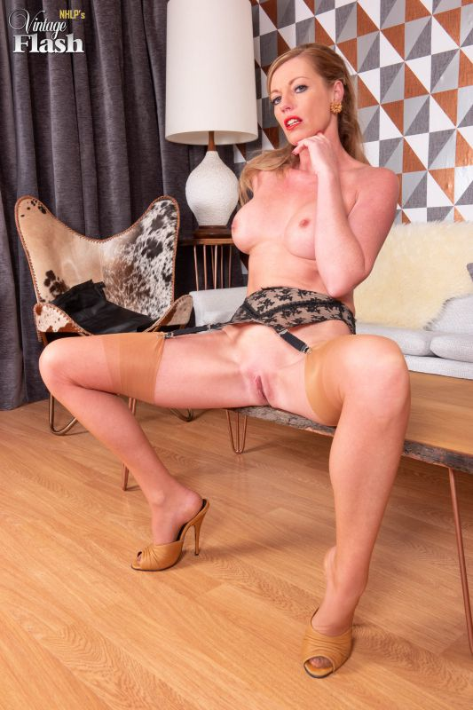 Holly Kiss - Laying the table - 2133x3200 - x152 (02 October 2018)